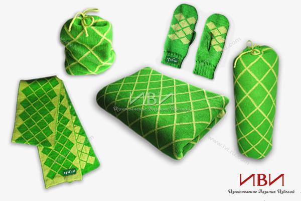 вязаный комплект из шарфа, пледа и варежек